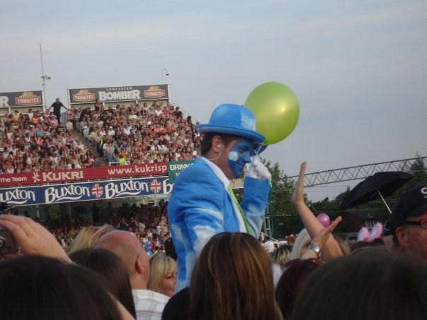 "The 'Cloud Man"" on stilts who gave out balloons"